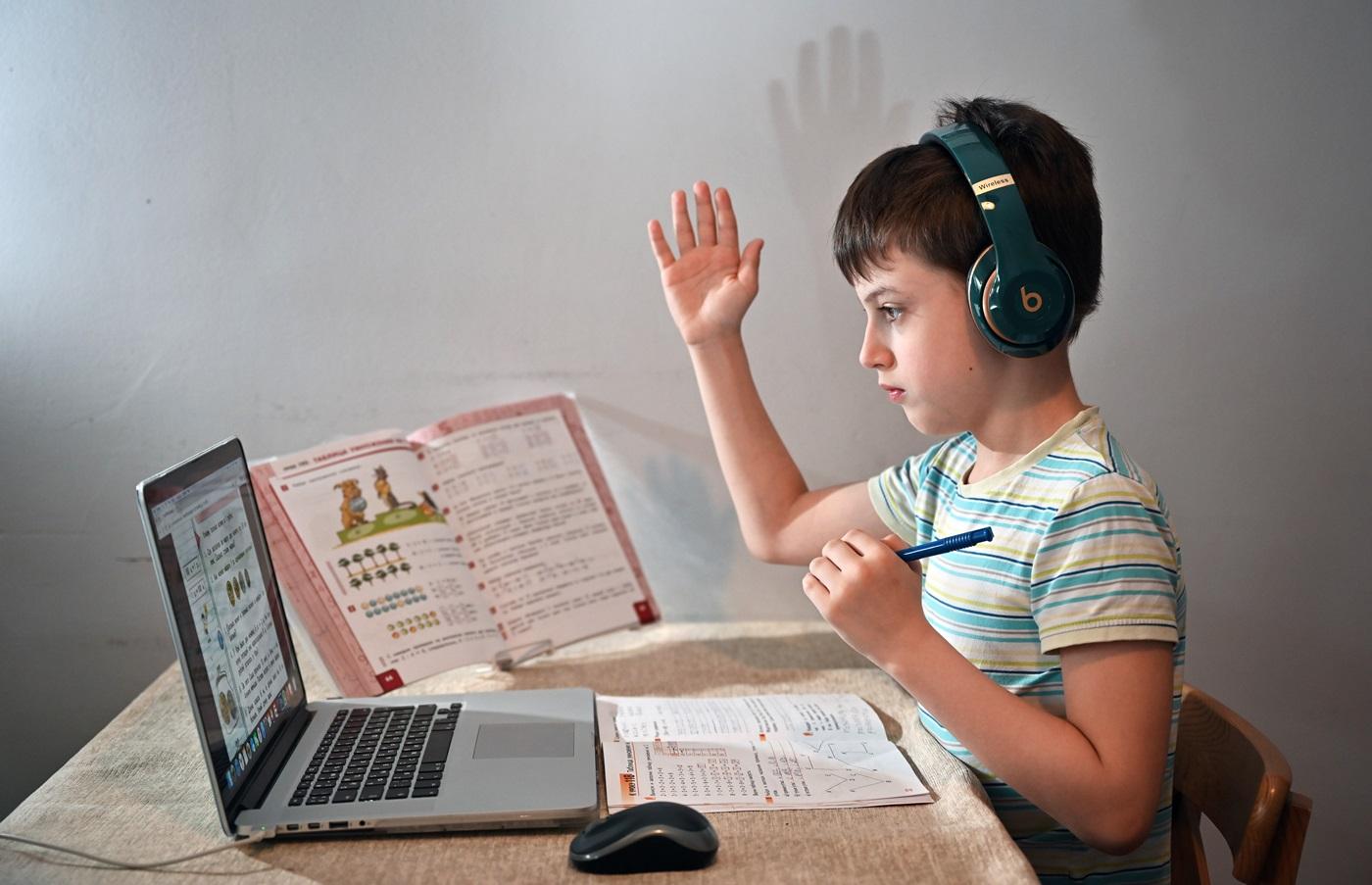 Ребенок за ПК на дистанционном обучении