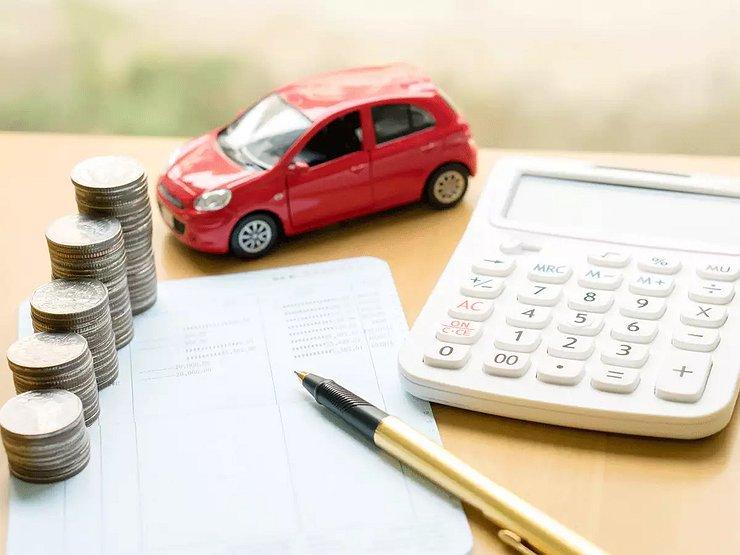 Игрушечный автомобиль, калькулятор и монеты на бланке с ручкой