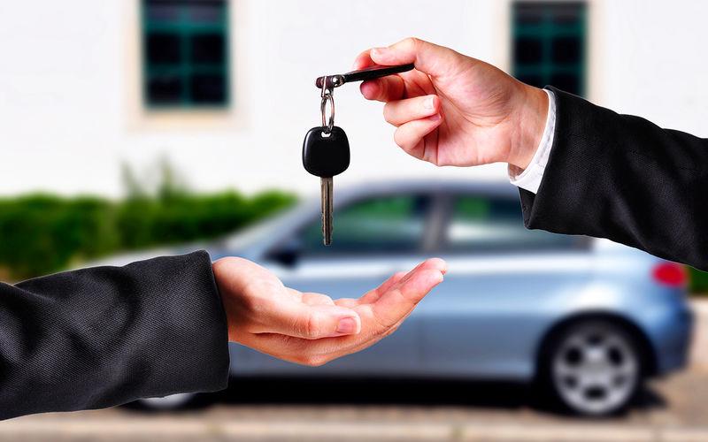Передача ключей от авто из рук в руки