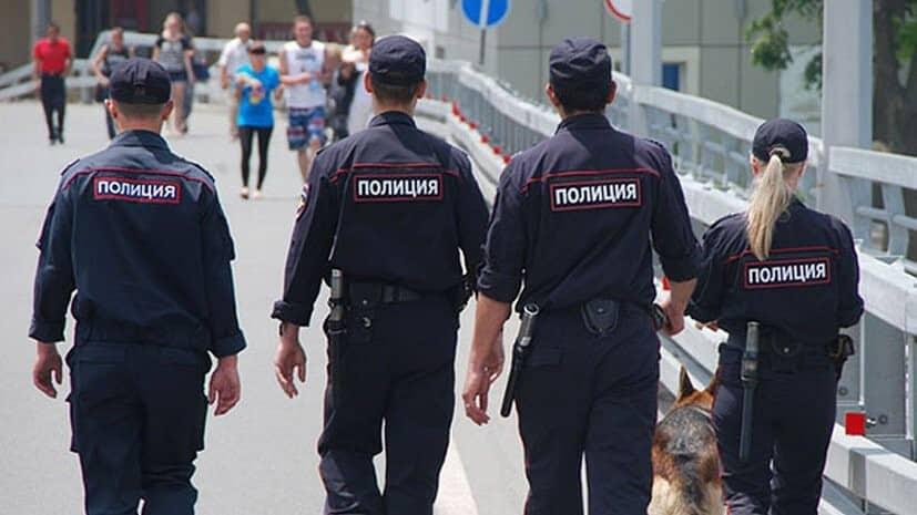 Российские полицейские на улице со спины