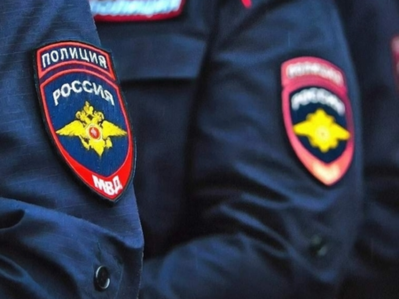 Шеврон на форме российских полицейских крупным планом