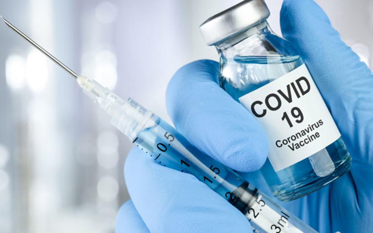 Вакцина против Covid-19 в руках медика
