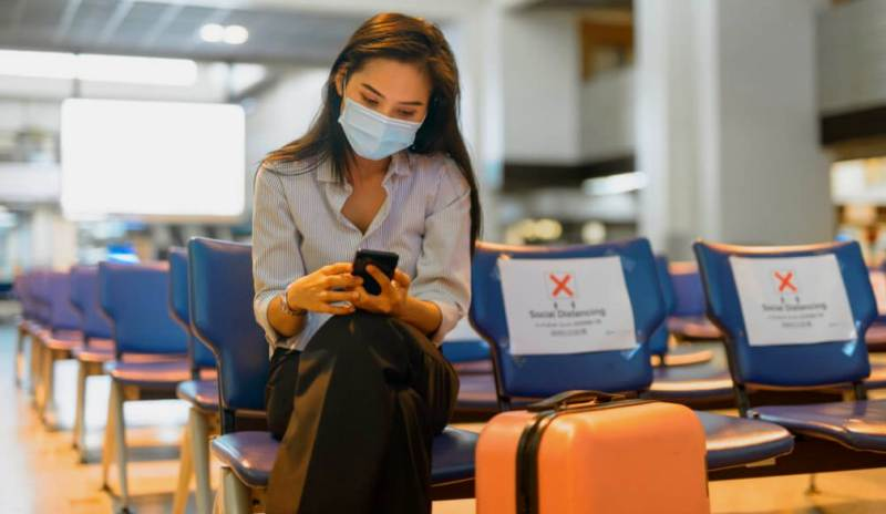 Девушка в маске в аэропорту
