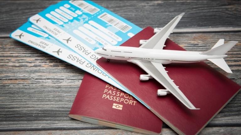 Игрушечный самолетик на загранпаспортах и авиабилетах