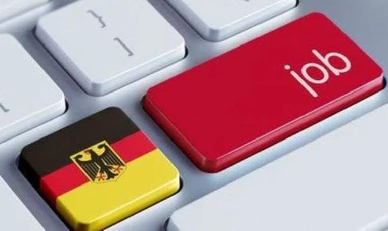 "Клавиша с немецким флагом и с надписью ""Job"" на клавиатуре ПК"