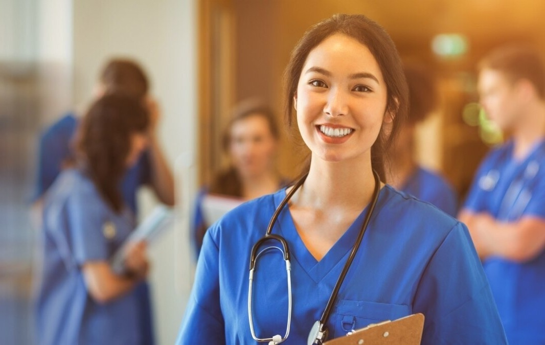 Улыбающаяся девушка в медицинском костюме