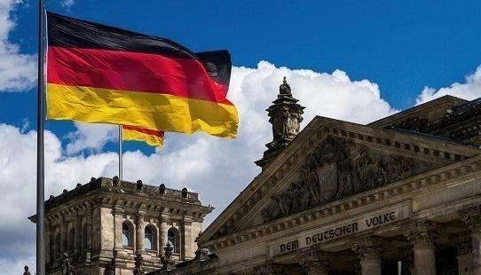 Немецкий флаг на фоне старинного здания