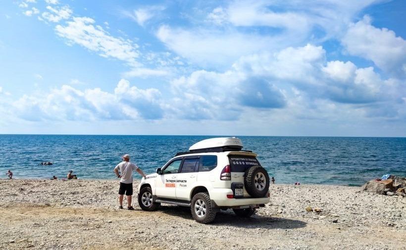 Мужчина с авто на берегу моря