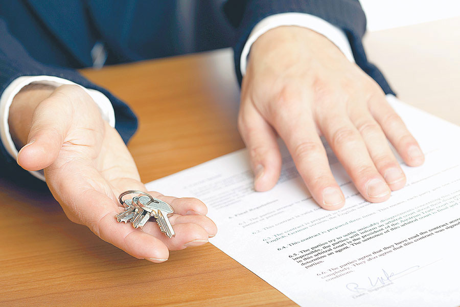 Ключи и завещание в руках юриста