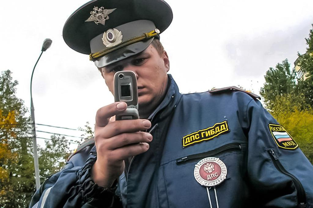 Сотрудник ДПС снимает водителя на телефон