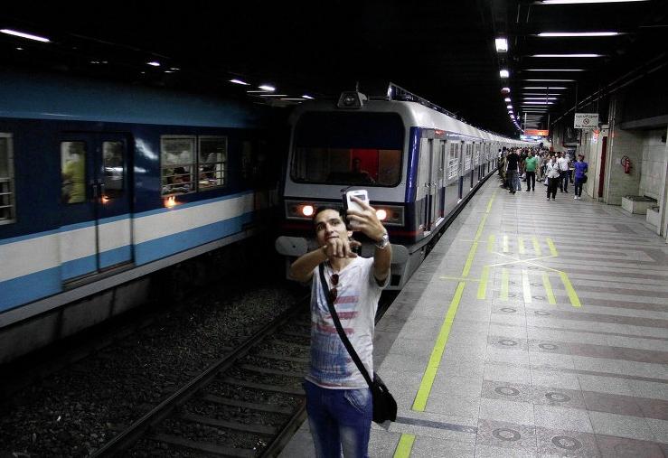Парень делает селфи на перроне метрополитена