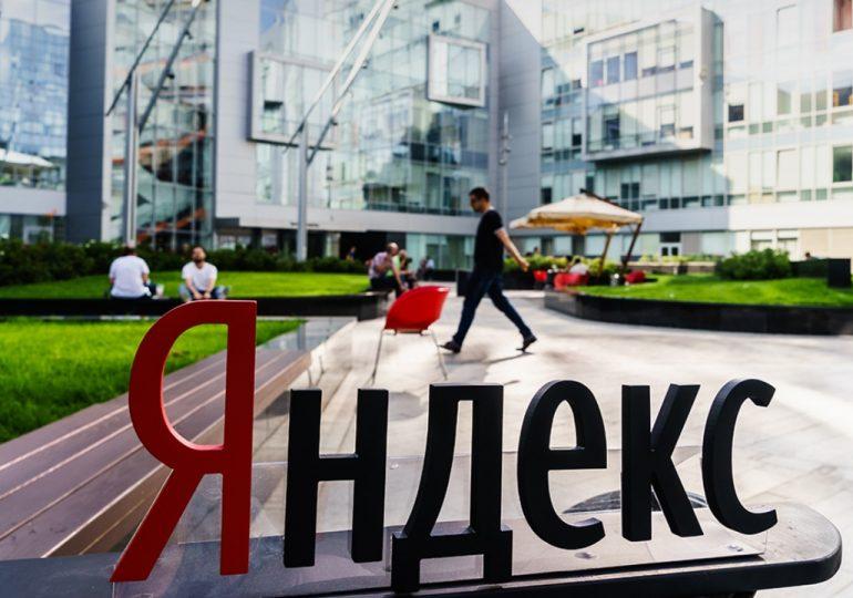 Буквы Яндекс во внутреннем дворе компании