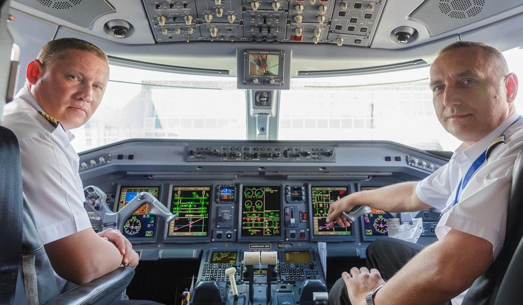 Пилоты в кабине пассажирского лайнера