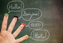 Пальцы в шапочках и приветствия на разных языках