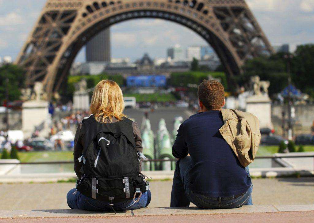 Пара смотрит на Эйфелеву башню