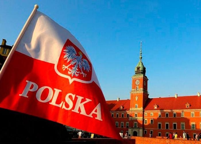 Польский флаг на фоне старинного здания