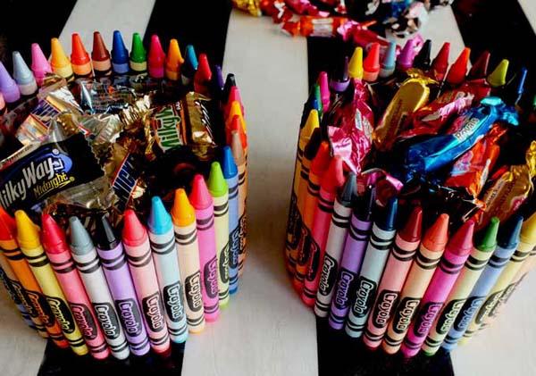 Подставка из цветных карандашей со сладким наполнением
