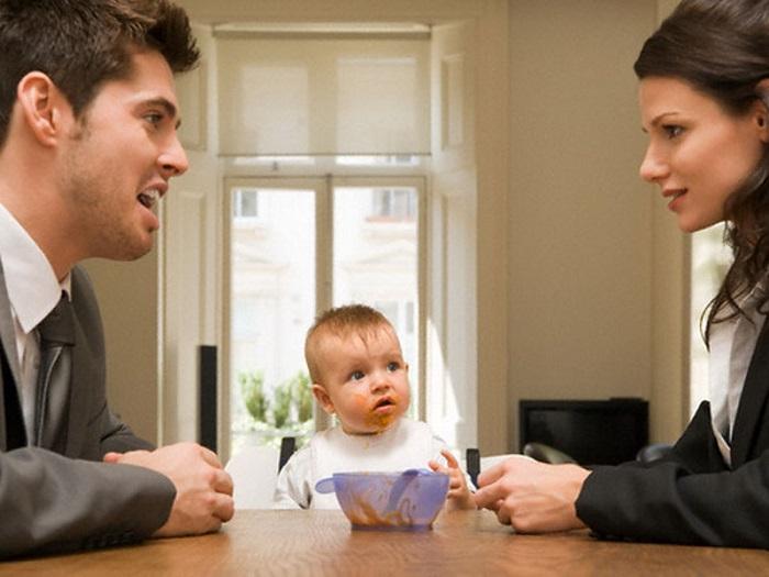 Родители выясняют отношения при ребенке