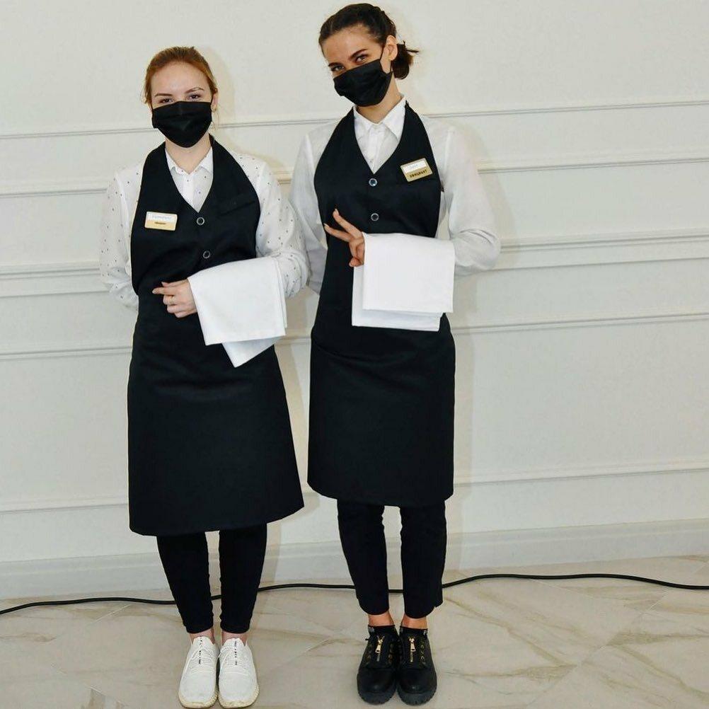 Девушки-подростки в форме официанток