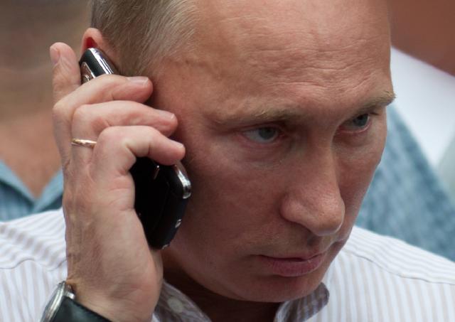 Путин говорит по мобильному телефону