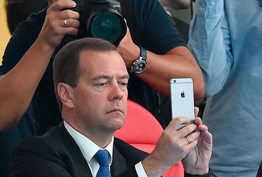 Дмитрий Медведев с Айфоном в руках