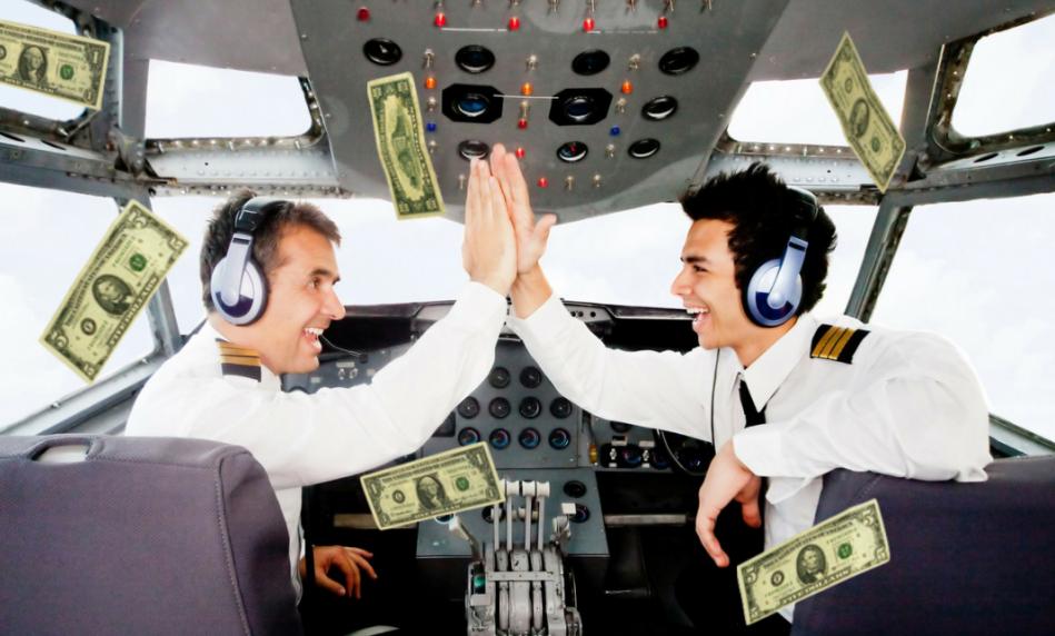 Пилот и его помощник дают пять, а вокруг порхают долларовые купюры