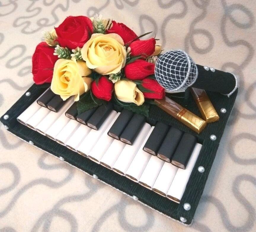 Музыкальная композиция с клавишами и з шоколадок