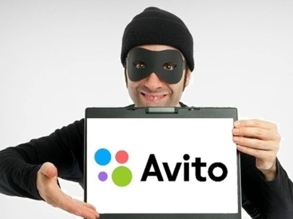 Улыбающийся мошенник с планшетом Avito