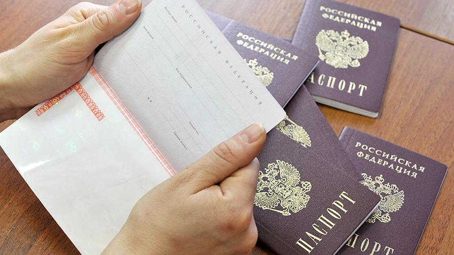 Паспорт РФ в руках