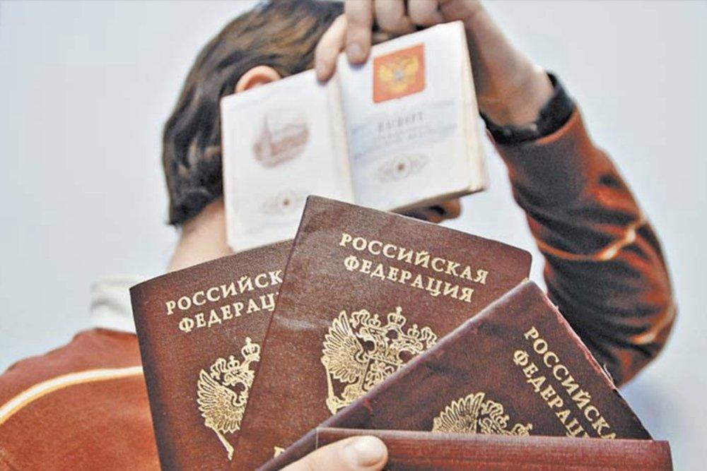 Паспорта в руках мужчины