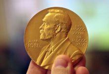 Медаль с изображением Альфреда Нобеля в руке