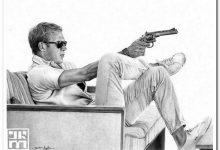 Мужчина с оружием на диване