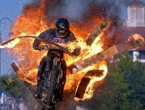Каскадер на мотоцикле
