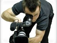 мужчина с видеокамерой снимает