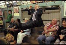 Уголок в метро мужик на поручнях