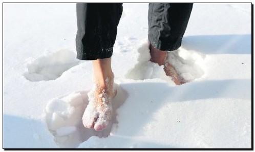 босиком по снегу босохождение